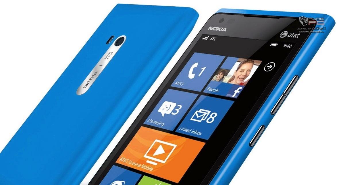 Na dole modelu Lumia 800 umiejscowiono grill, pod którym znajduje
