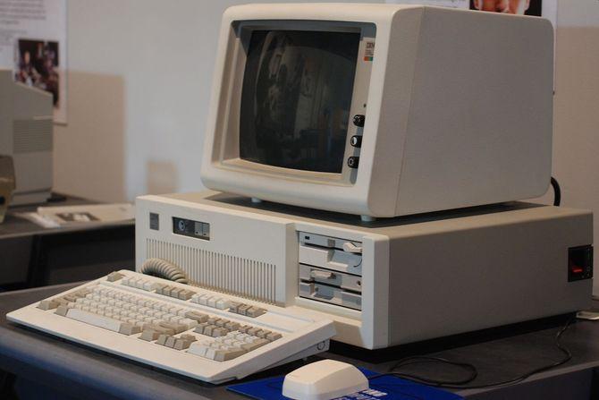 35 lat temu IBM pokazał PC AT z kluczykiem i dyskiem twardym [2]