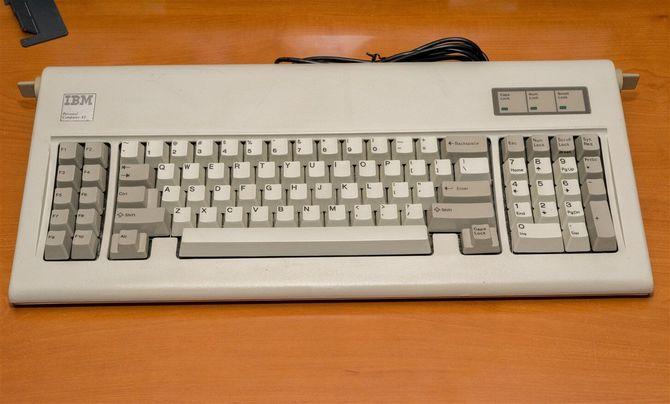 35 lat temu IBM pokazał PC AT z kluczykiem i dyskiem twardym [6]