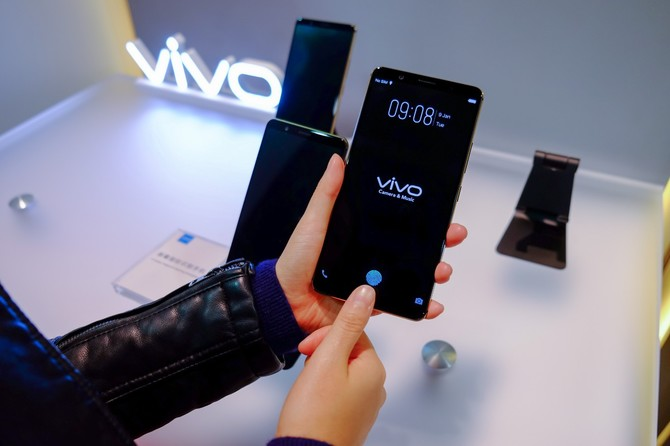 CES 2018: Smartfon  z czytnikiem linii papilarnych w ekranie [2]