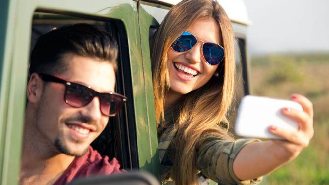 Jazda autem i selfie? Robi to już co czwarta osoba na drodze [1]