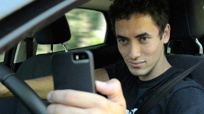 Jazda autem i selfie? Robi to już co czwarta osoba na drodze [3]