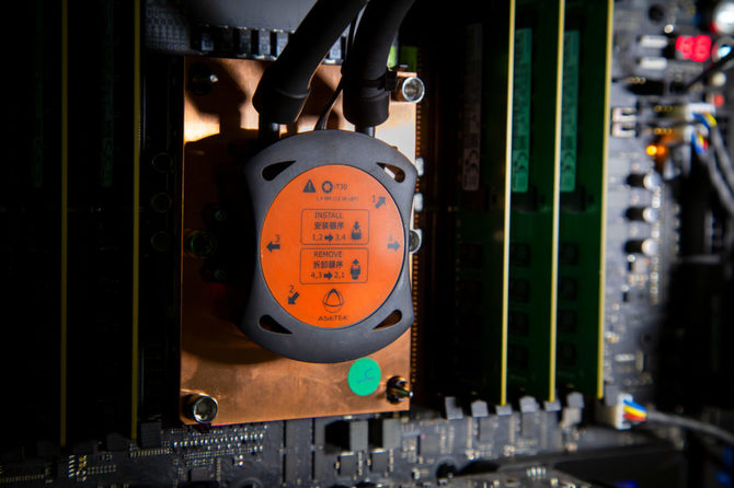 Intel Xeon W-3175X bez luta za to z pastą niskiej jakości pod IHS [1]