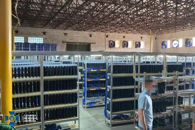 El Servicio de Seguridad de Ucrania descubrió una mina de criptomonedas que consta, entre otras cosas, de 3.800 piezas de PlayStation 4. [1]