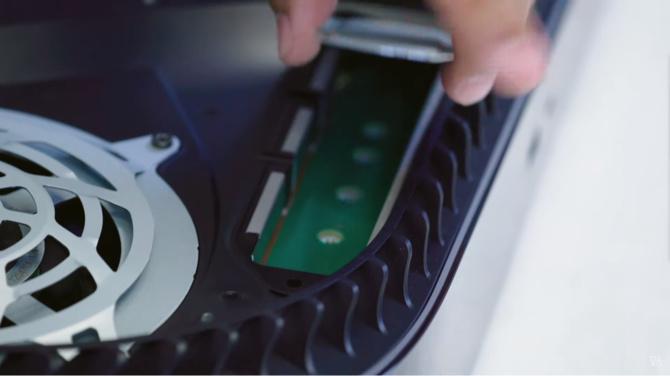 Samsung 980 PRO - Value Solid State Drive tiene una versión con un disipador de calor de fábrica, que está destinada a las consolas Sony Playstation 5  [2]